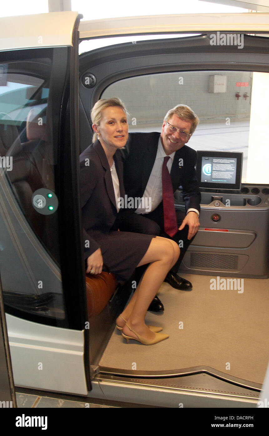 Bundespräsident Christian Wulff und seine Frau Bettina sitzen am Montag (12.12.2011) in Masdar-City in Abu Dhabi Stock Photo