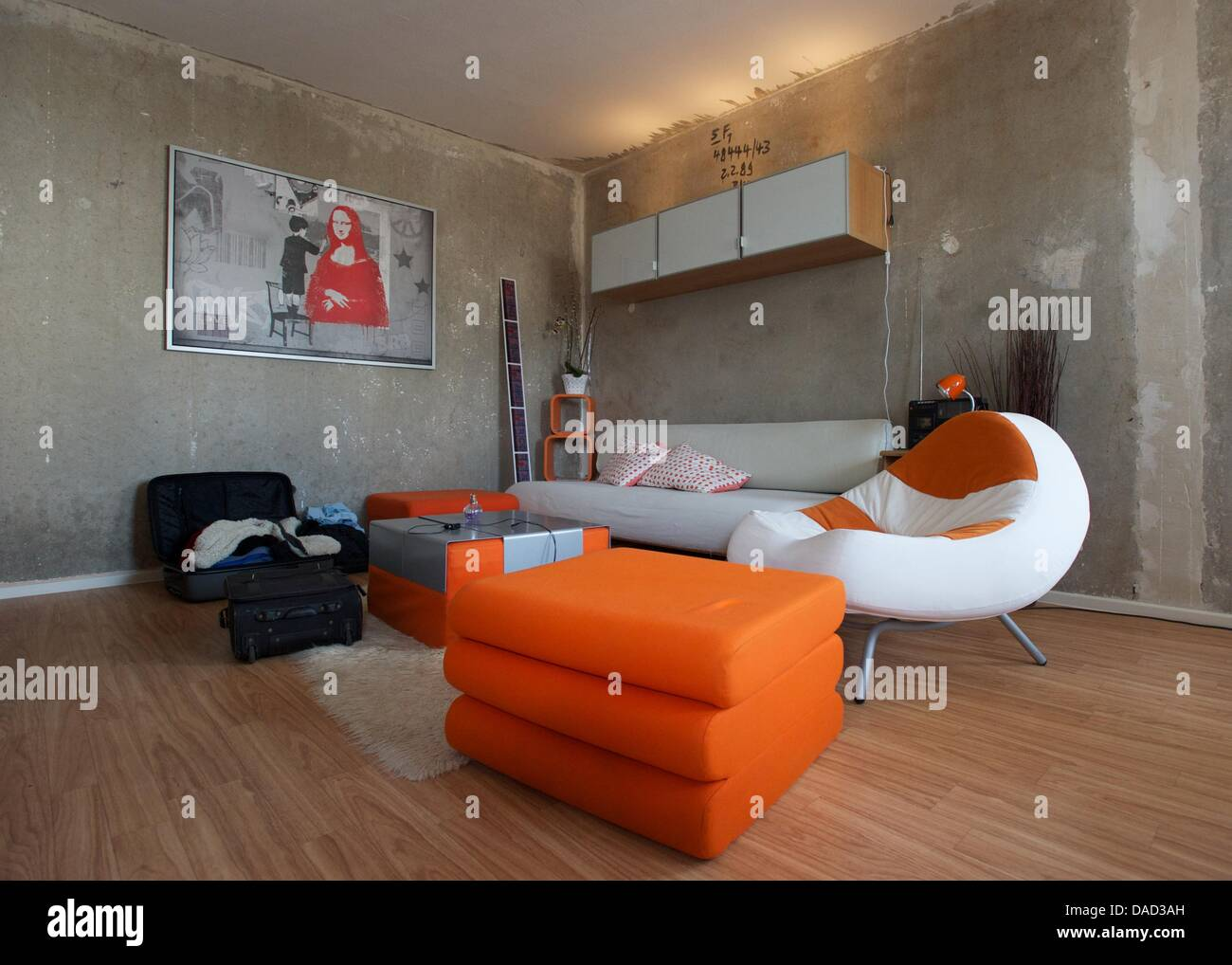 Das Wohnzimmer einer 2-Zimmer-Plattenbauwohnung, aufgenommen am ...
