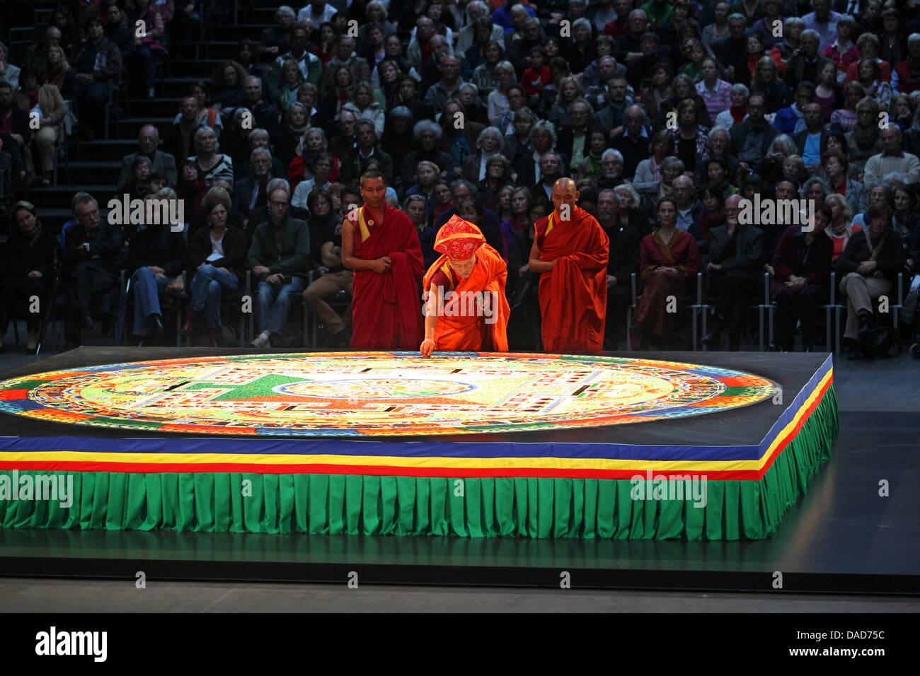 Buddhistische Mönche zerstören am Sonntag (09.10.2011) in der Bochumer Jahrhunderthalle ein Mandala. Das - Stock Image