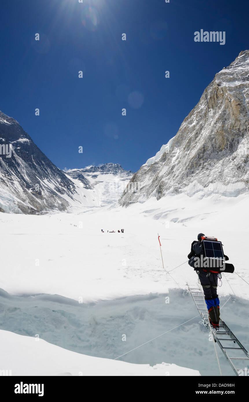 Climbers crossing crevasse and ladder on Mount Everest, Solu Khumbu Everest Region, Sagarmatha National Park, UNESCO - Stock Image