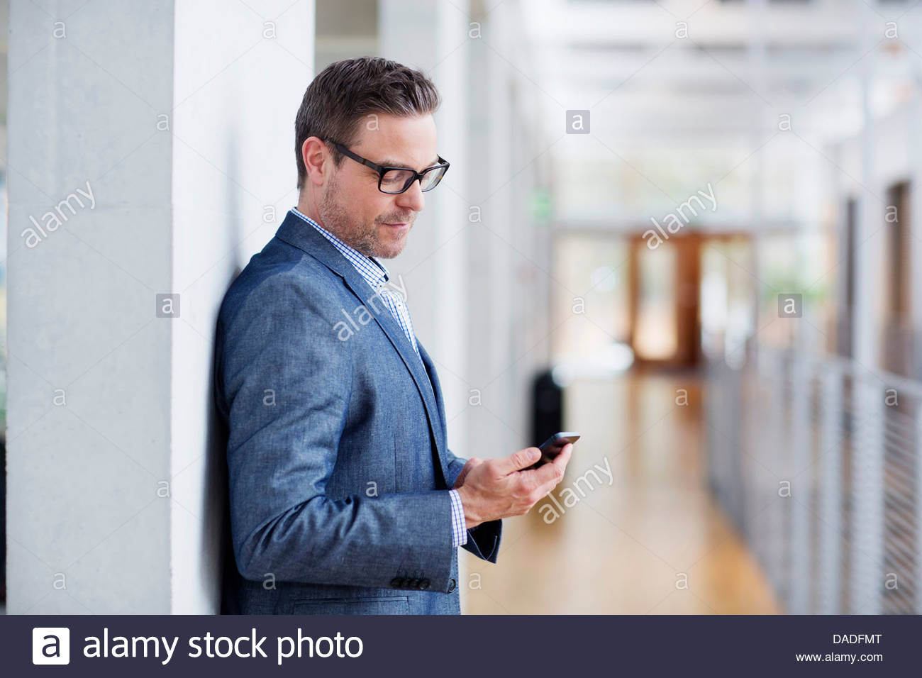 Man looking at mobile phone - Stock Image