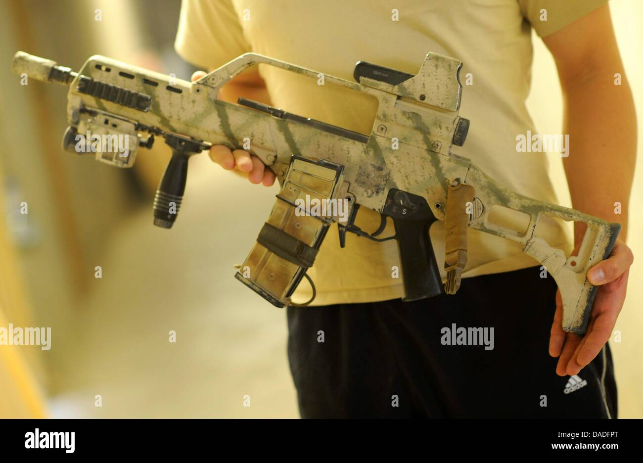FILE - An archive picture dated 01 September 2011 shows a G 36 assault rifle being held by a German soldier - Stock Image