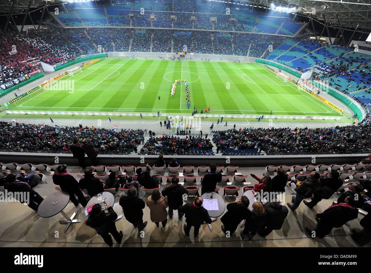 Die Zuschauer in den VIP-Bereichen (vorn) beobachten den Einlauf der Mannschaften, aufgenommen am Dienstag (25.10.2011) - Stock Image