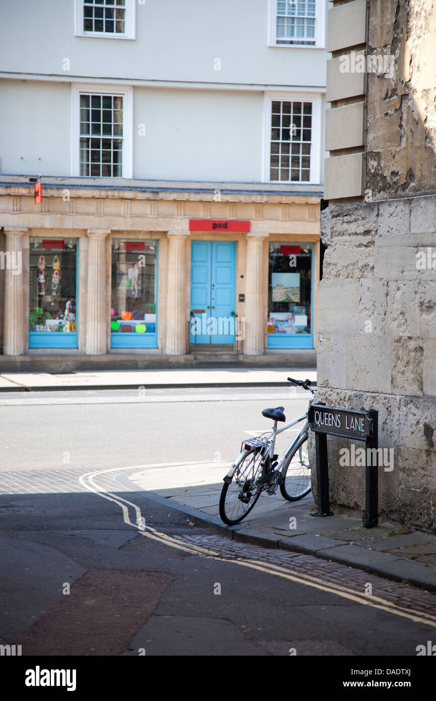 View of Oxford High Street from Queens Lane with bike in foreground - Stock Image