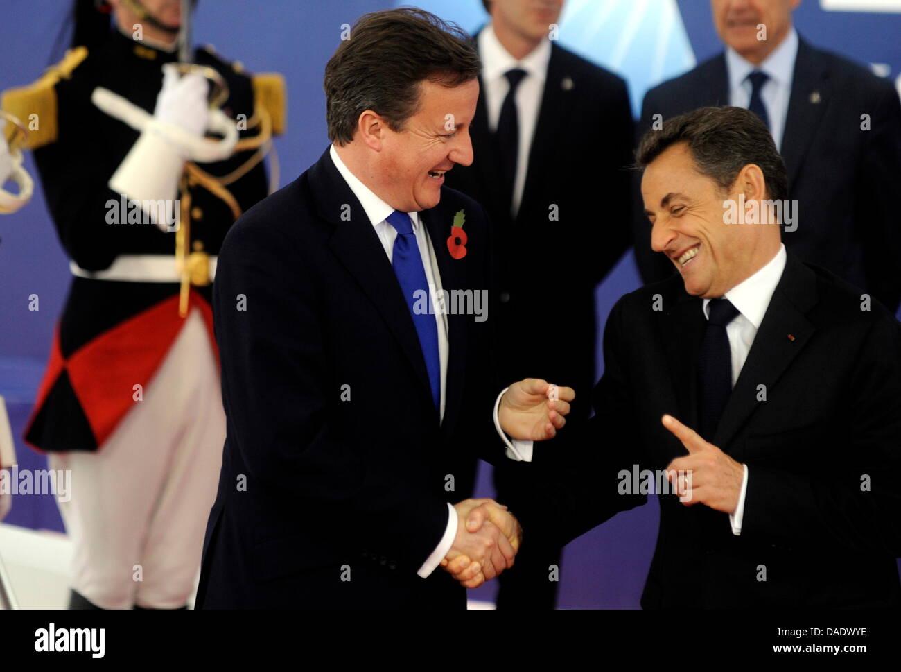 Frankreichs Praesident Nicolas Sarkozy (r.) begruesst am Donnerstag (03.11.11) in Cannes in Frankreich den britischen - Stock Image