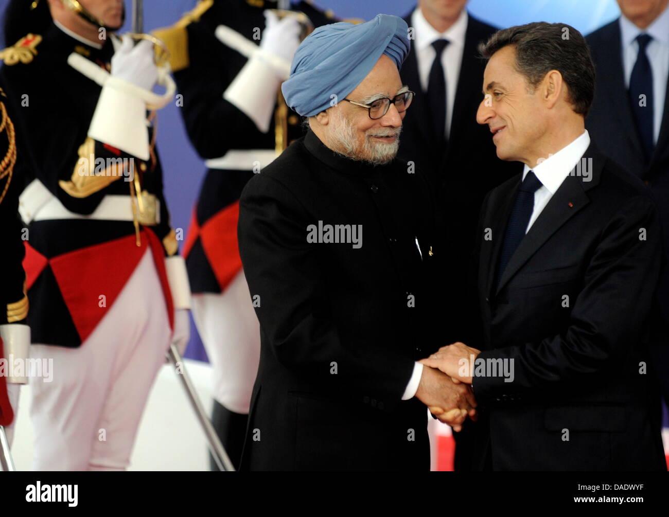 Frankreichs Praesident Nicolas Sarkozy (r.) begruesst am Donnerstag (03.11.11) in Cannes in Frankreich den indischen - Stock Image
