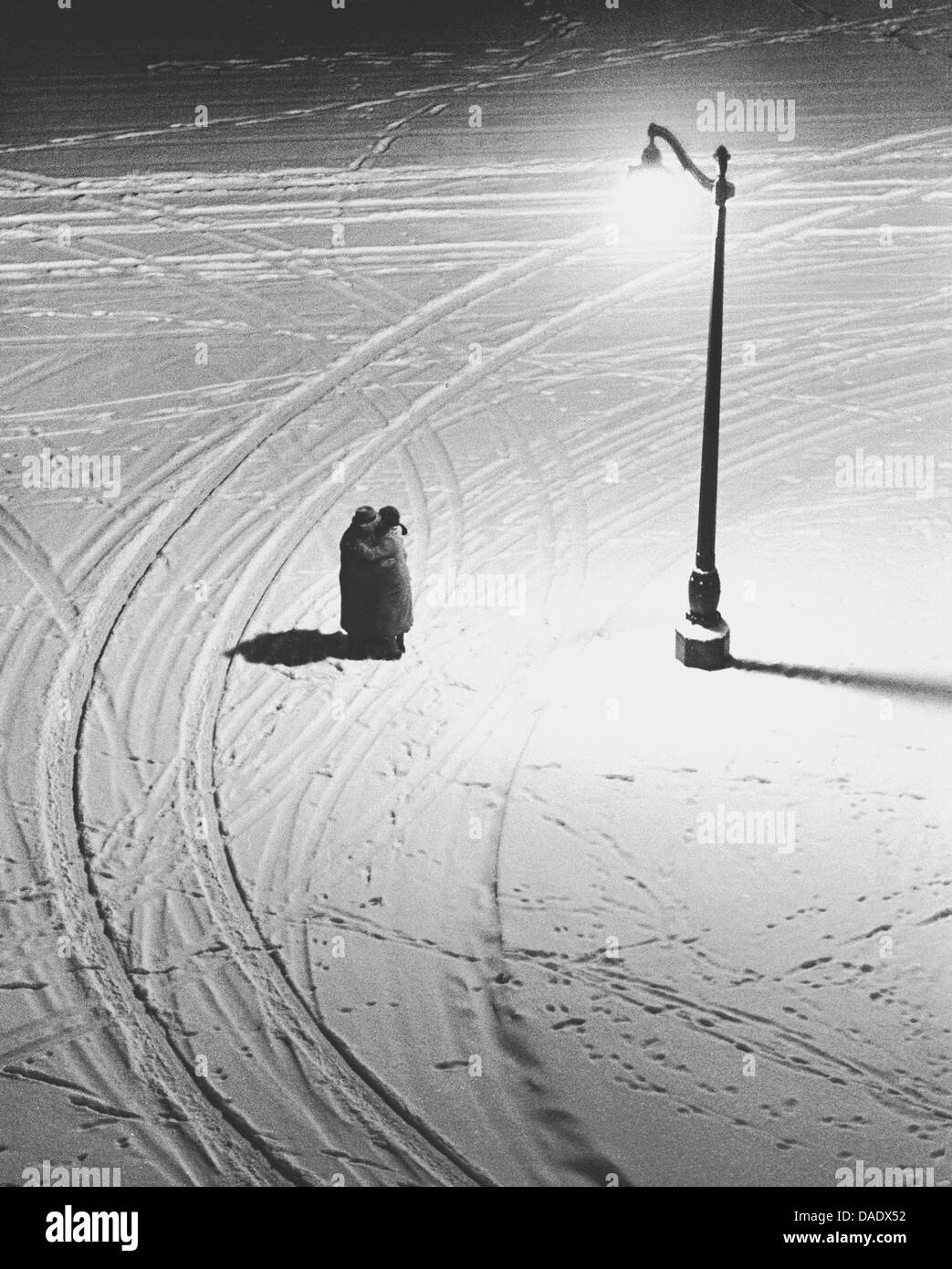 Paris 1934, couple hugging in winter. Image by photographer Fred Stein (1909-1967) who emigrated 1933 from Nazi - Stock Image