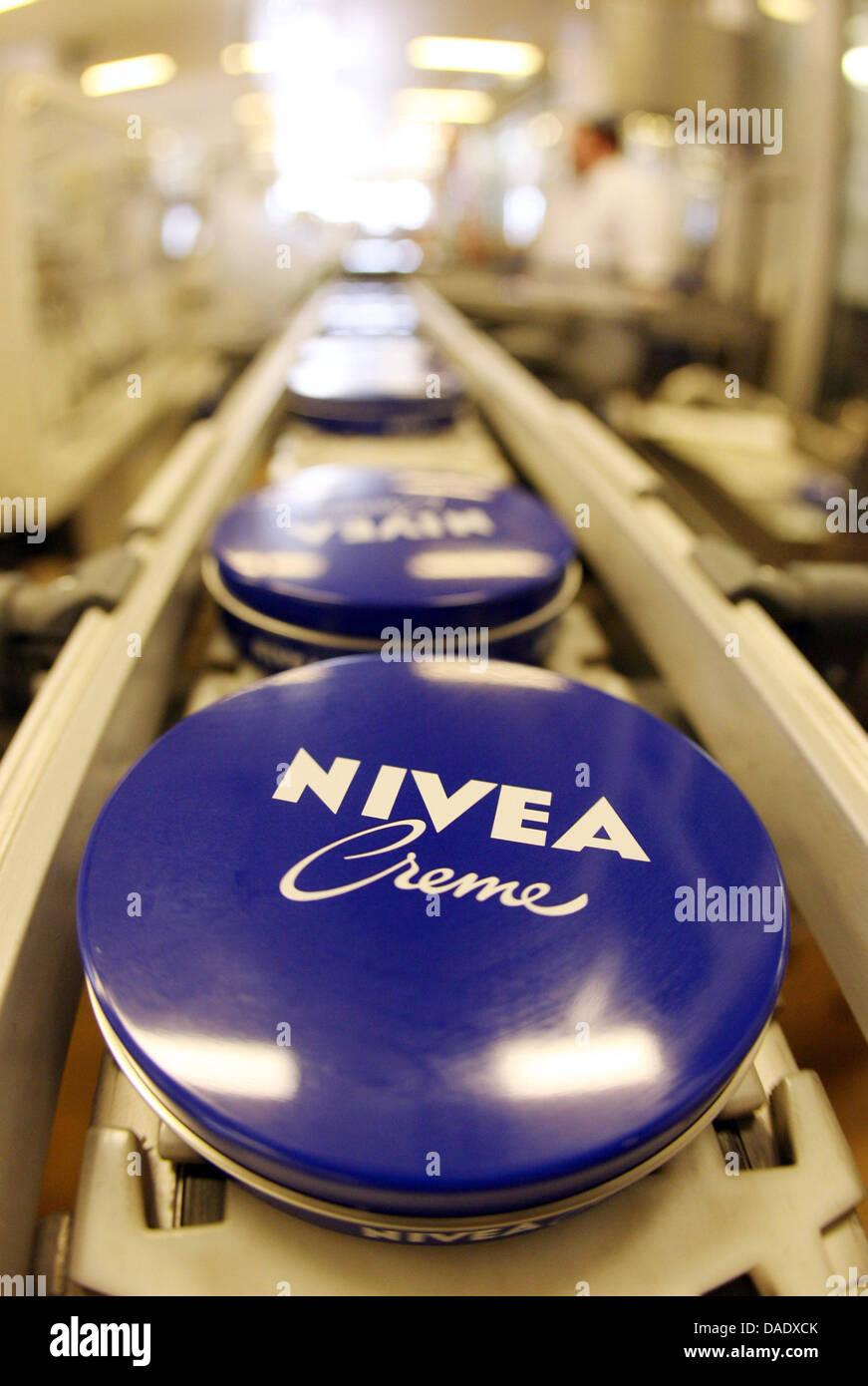 (dpa file) - A file pictuer dated 18 December 2006 shows blue NIVEA creme tins on an assembly line at the production - Stock Image