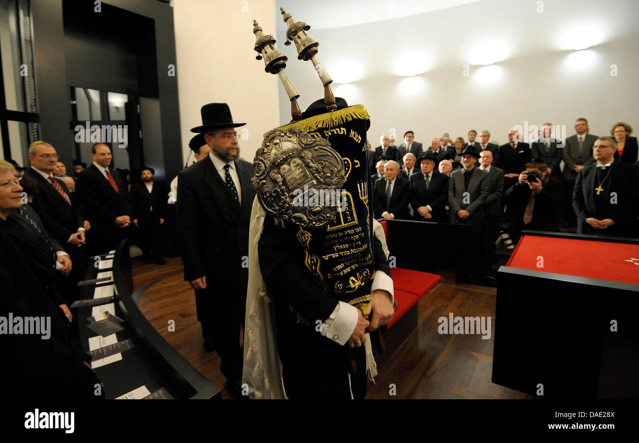 Rabbiner Rubins (vorne r.) und Oberrabbiner Goldschmidt ziehen am ...