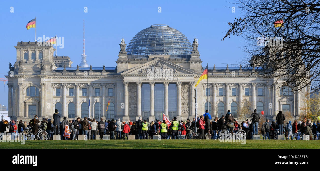 Protesters form a human chain in front of the Reichstag in Berlin, Germany, 12 November 2011. The slogan of the Stock Photo
