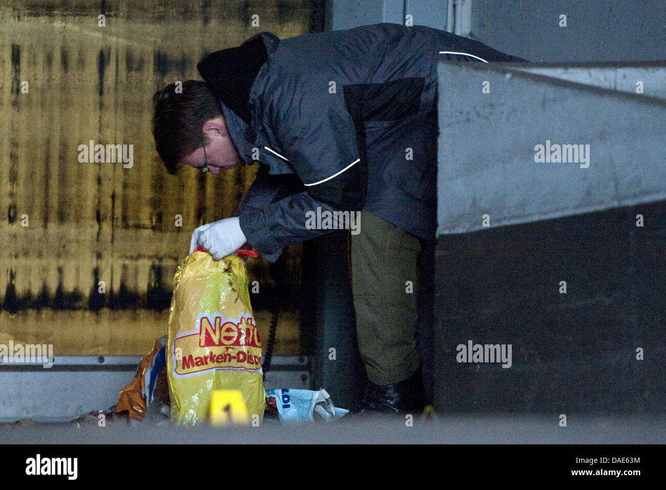 An officer of the German State Investigation Bureau LKA secures evidences of an alleged  incendiary device in Berlin, - Stock Image