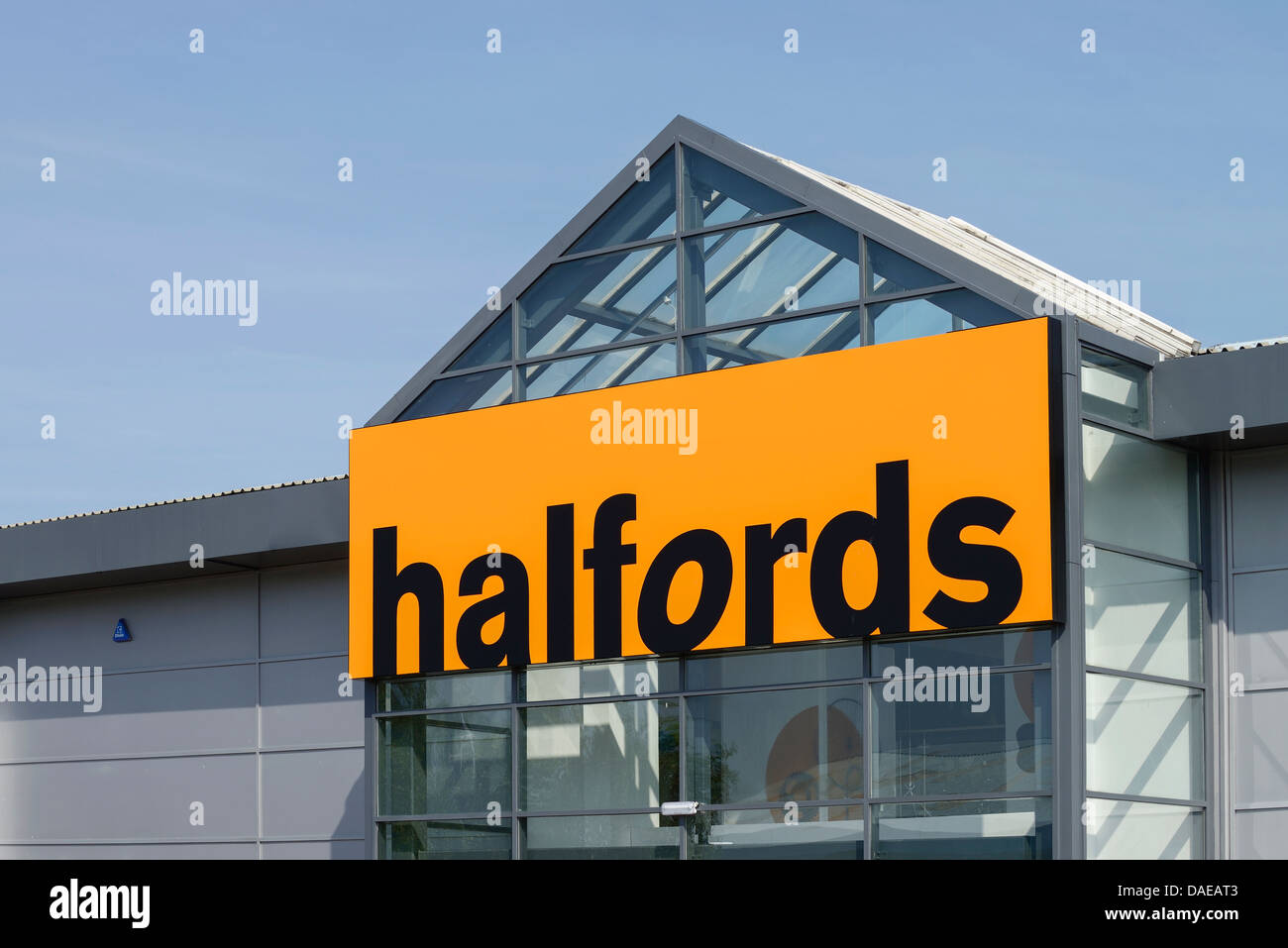 Halfords store on a retail park - Stock Image