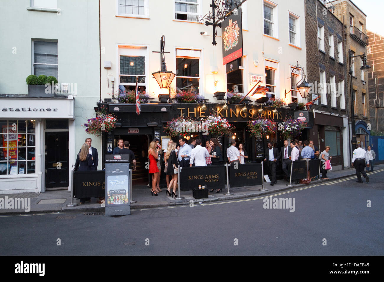 Mayfair, UK, The summer heatwave brings people outside to drink. Credit:  Keith Larby/Alamy Live news - Stock Image
