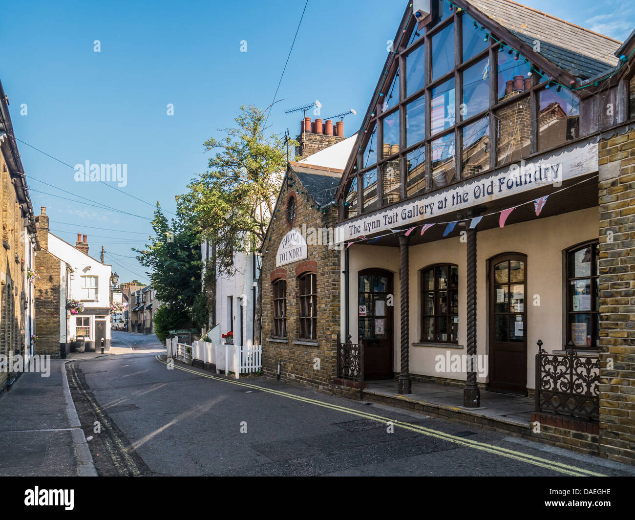 View along the High Street Old Leigh with the Lynn Tait gallery in the foreground - Stock Image