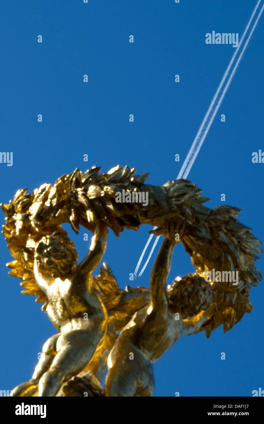An airplane flies over a wreath of laurel on the Beethoven Haydn Mozart Monument in Berlin,Germany, 25 November - Stock Image