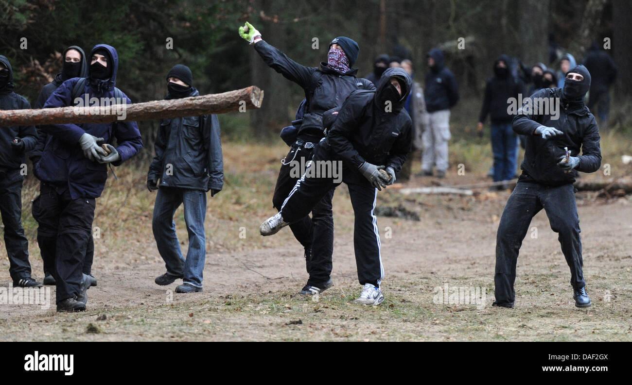 Vermummte greifen am Sonntag (27.11.2011) bei Leitstade (Kreis Lüchow-Dannenberg) Polizeibeamten mit Feuerwerkskörpern Stock Photo