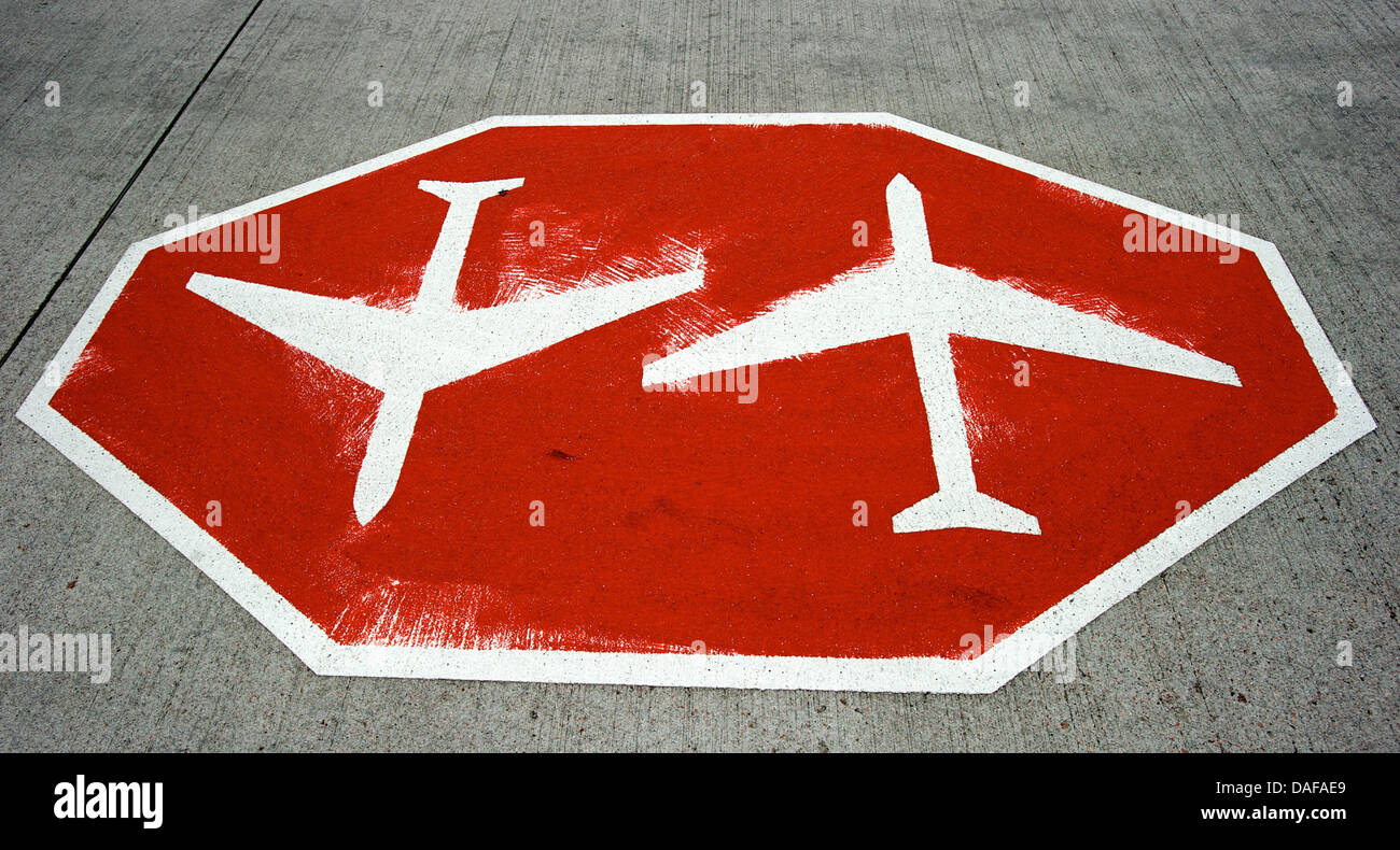 A warning sign meaning 'Beware air traffic' ('Achtung Flugverkehr