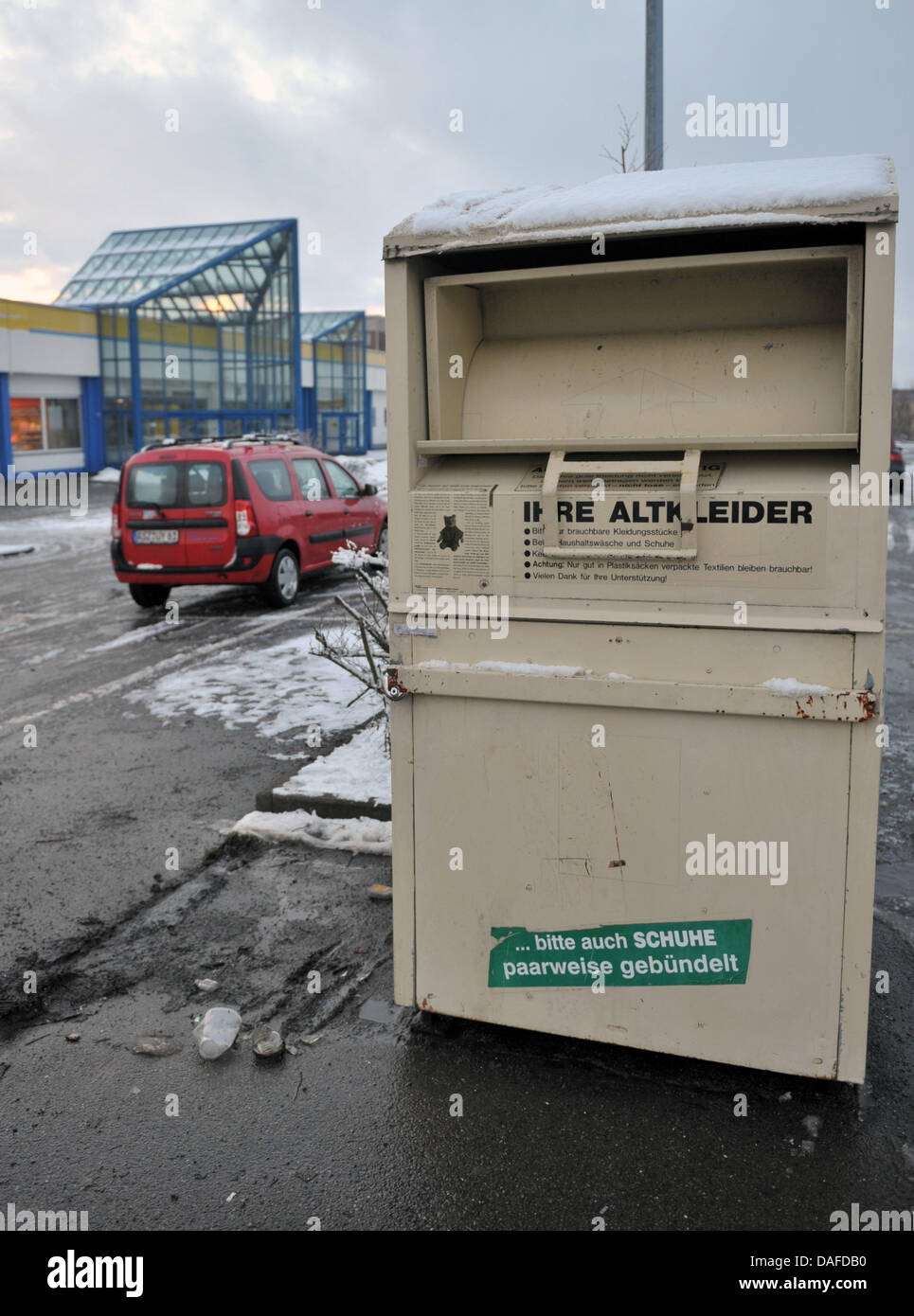 (file) - A dpa file picture dated 19 January 2011 shows a container for used clothes in which the corpse of an infant - Stock Image