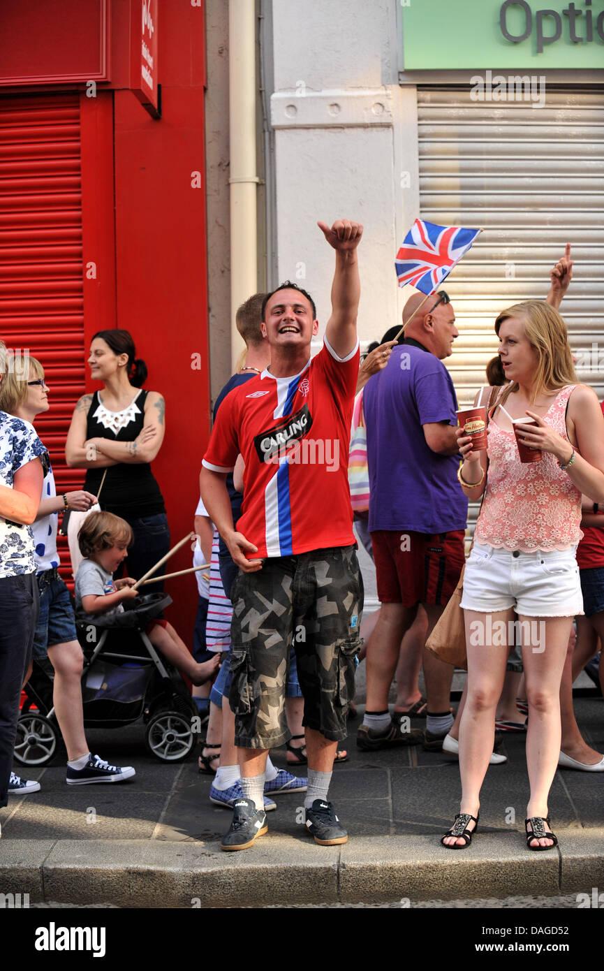 Londonderry, Northern Ireland, UK. 12th July 2013. Loyalist youth wearing a Rangers football shirt taunts nationalist - Stock Image