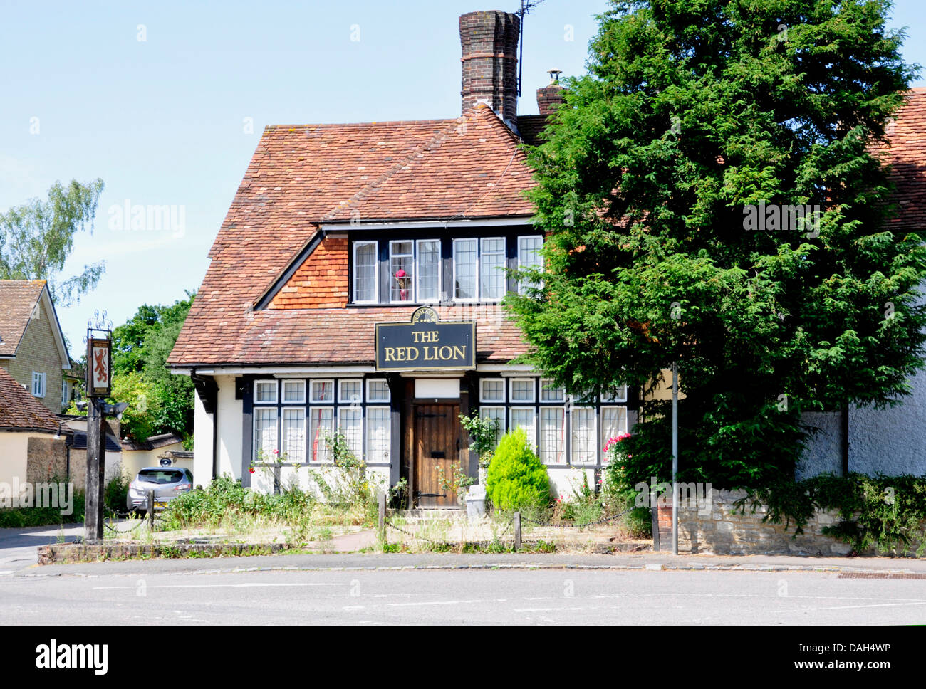 Bucks - Haddenham - a village pub - closed down - weeds in the garden - overgrown - sign of the times - Stock Image