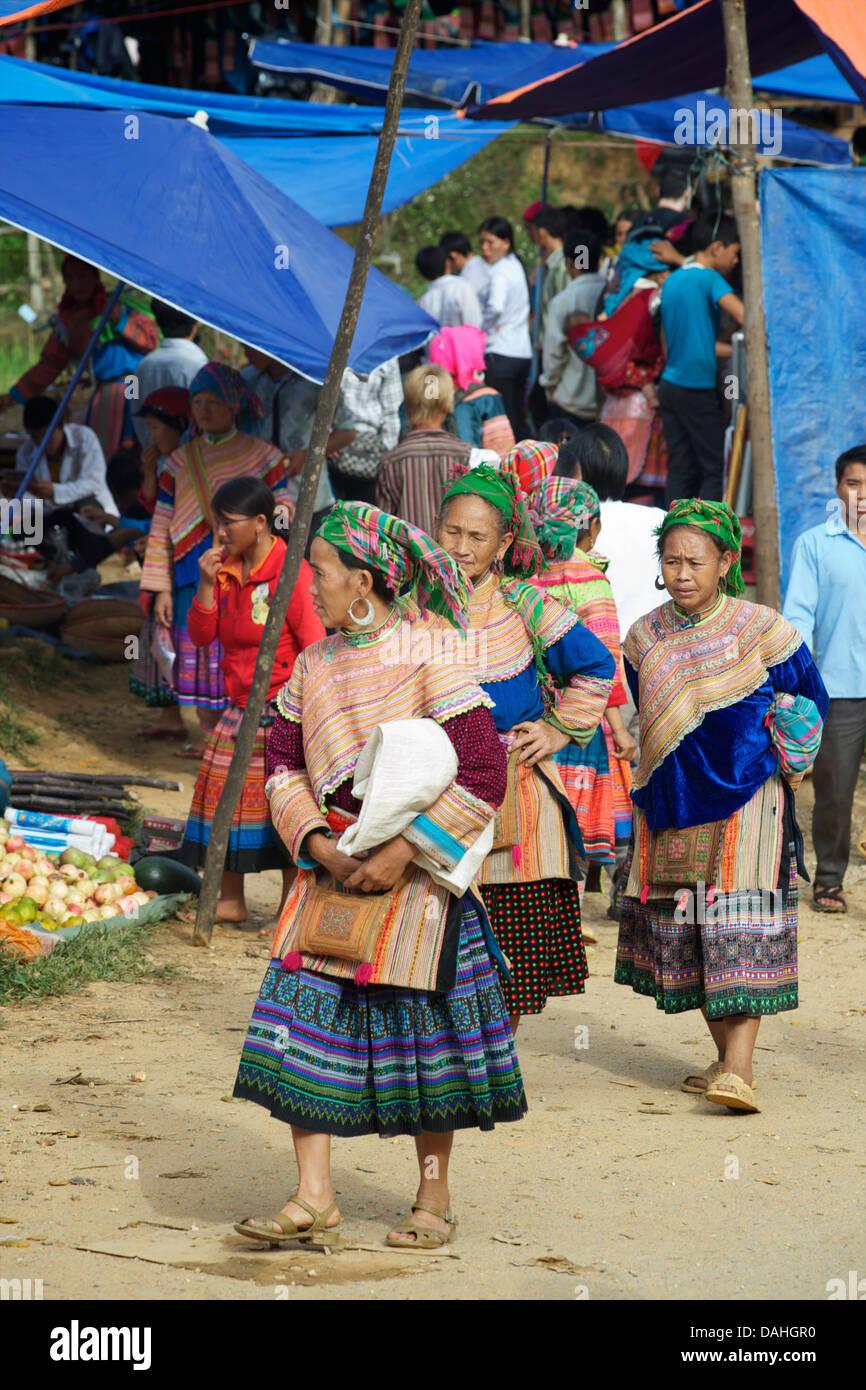 Flower Hmong women at hilltribe market, Coc Ly, Vietnam - Stock Image