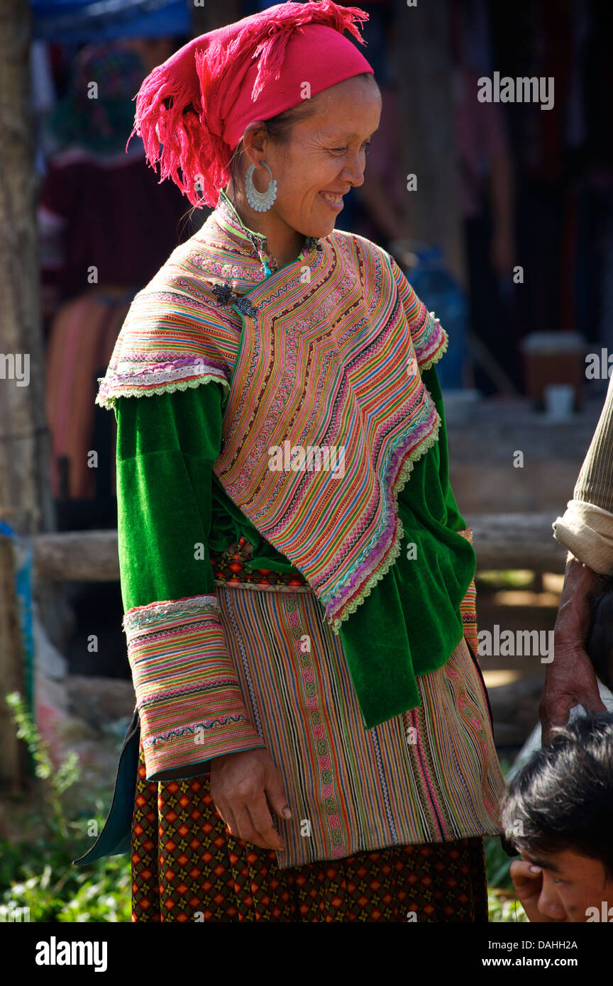 Flower Hmong woman at Coc Ly market - Stock Image