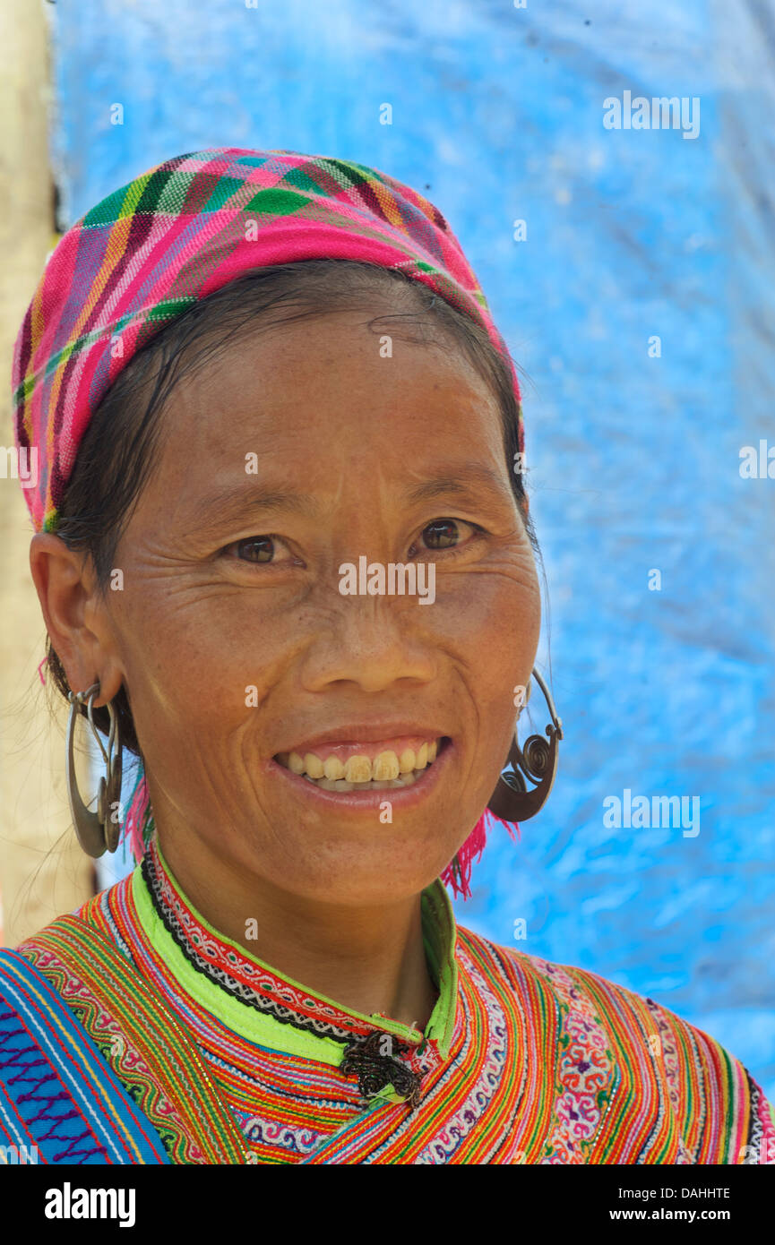 Potrait of a Flower Hmong woman in her brightly embroidered tribal costume, Coc Ly market, N Vietnam - Stock Image
