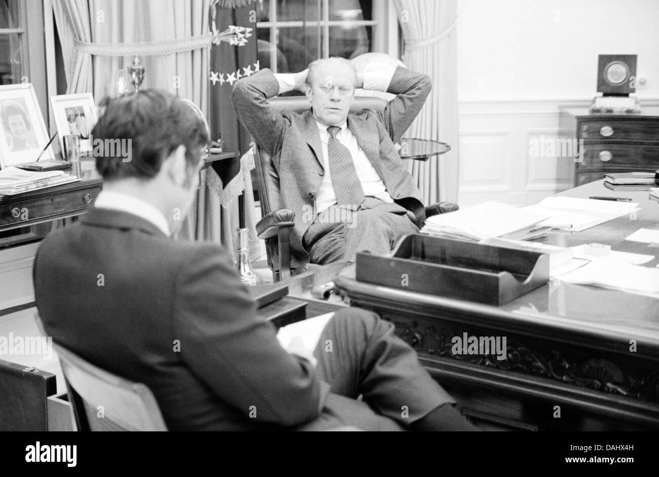 President Gerald Ford talking with aide John Mashek - Stock Image