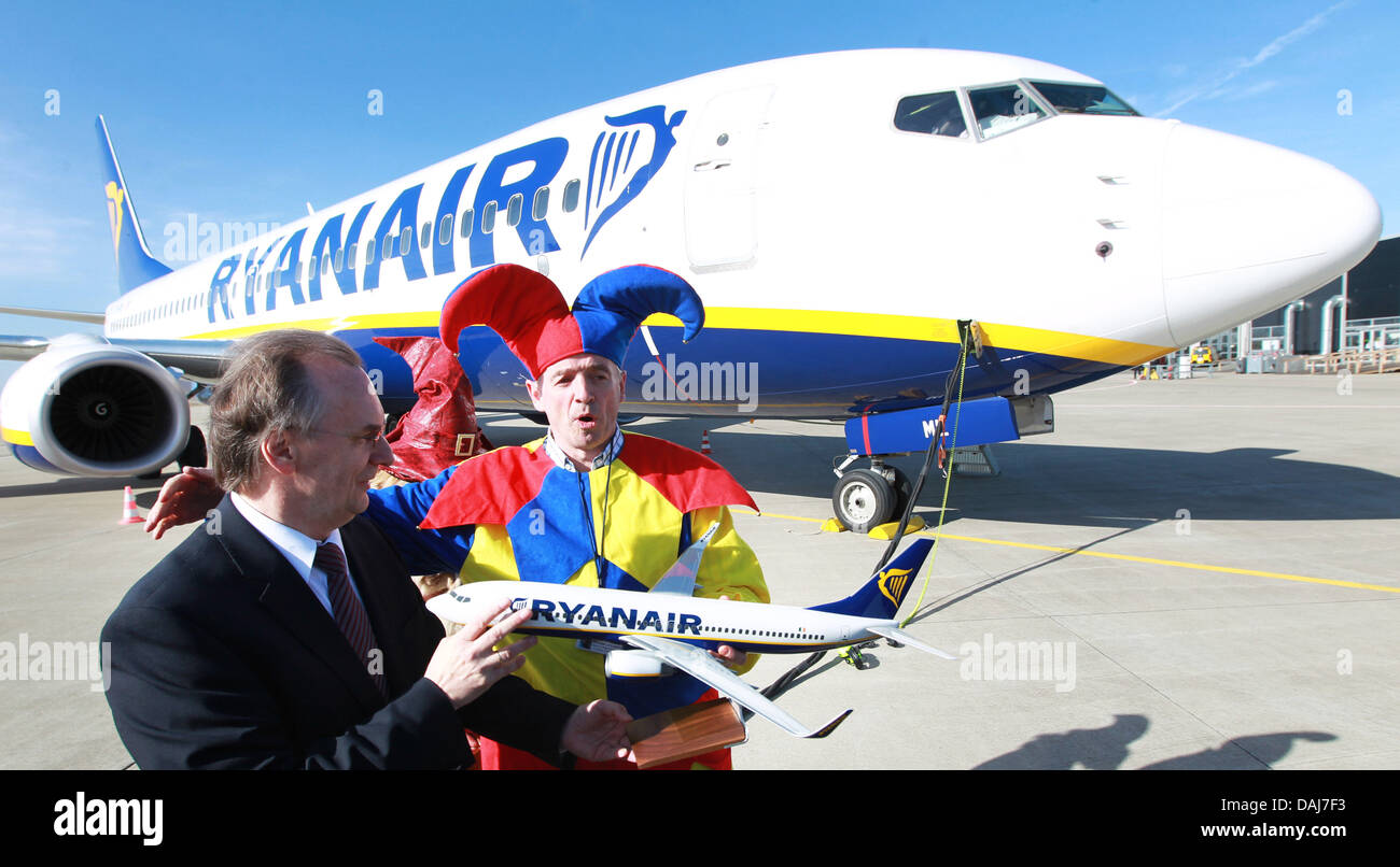 Chairman of the Ireland-based air carrier Ryanair, Michael O'Leary (R), poses together with the Minister of - Stock Image