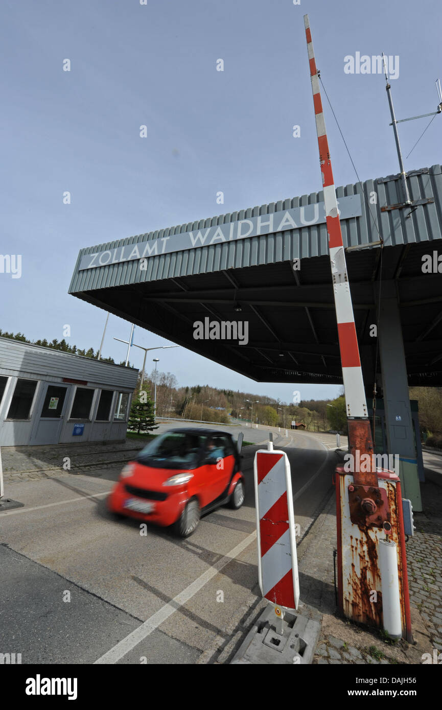 A car crosses the border at the German-Czech border crossing in Waidhaus,Germany, 11 April 2011. The Federal - Stock Image