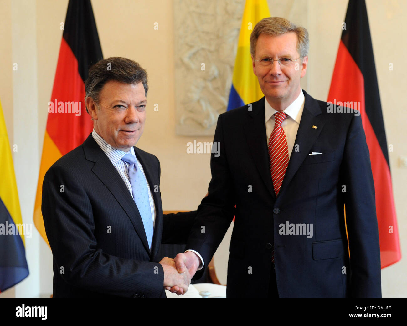 Colombia's President, Juan Manuel Santos (L), is welcomed by the German president Christian Wulff in Berlin, - Stock Image