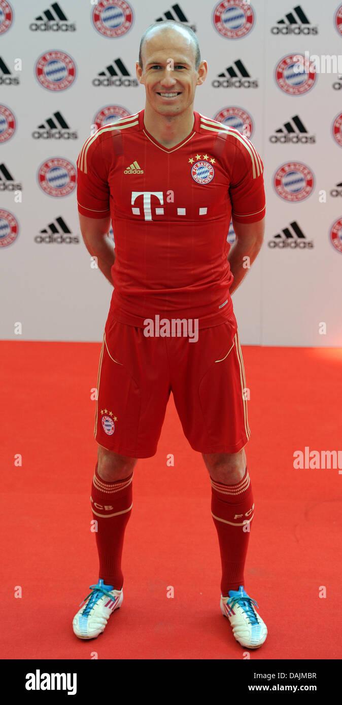 The Bayern Munich player Arjen Robben presents the new home match ...