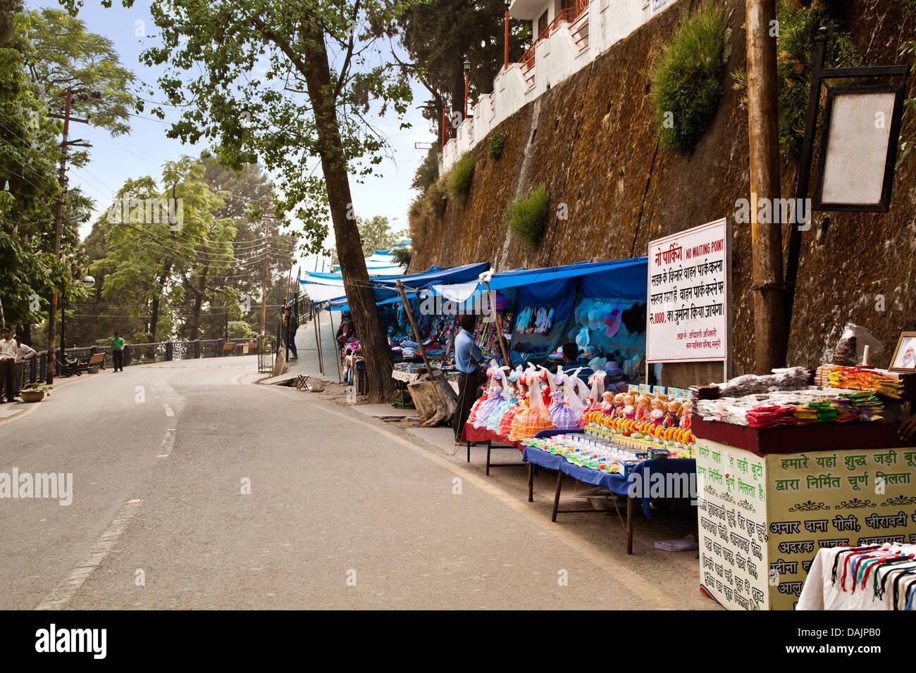 Market stalls at the roadside, Mall Road, Mussoorie, Uttarakhand, India - Stock Image