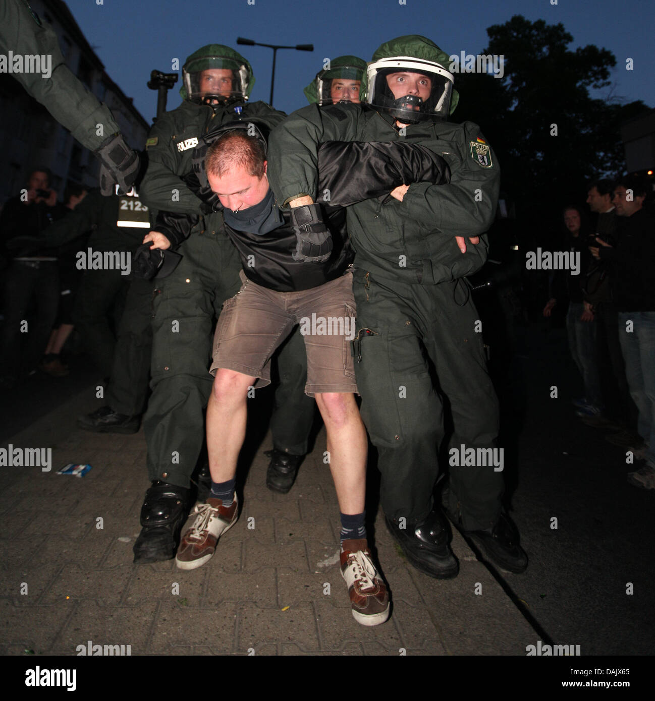 Police officers arrests a demonstrator in Berlin, Germany, 1 May 2011. Photo: Florian Schuh dpa/lbn - Stock Image
