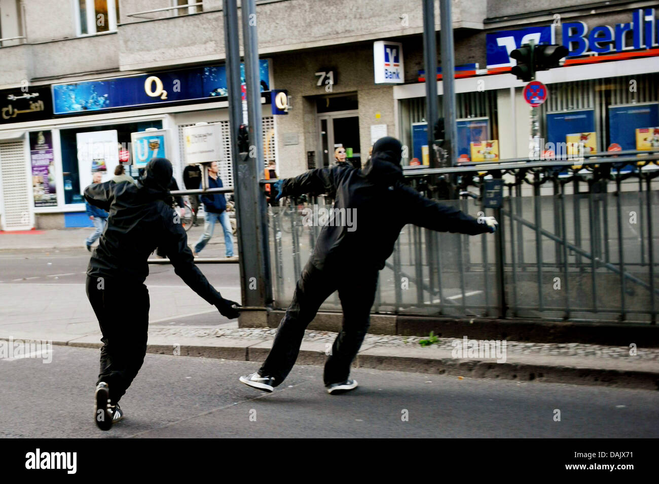Leftists throw stones at the revolutionary Nay day demonstration in Berlin, Germany, 1 May 2011. Photo: Hannibal - Stock Image