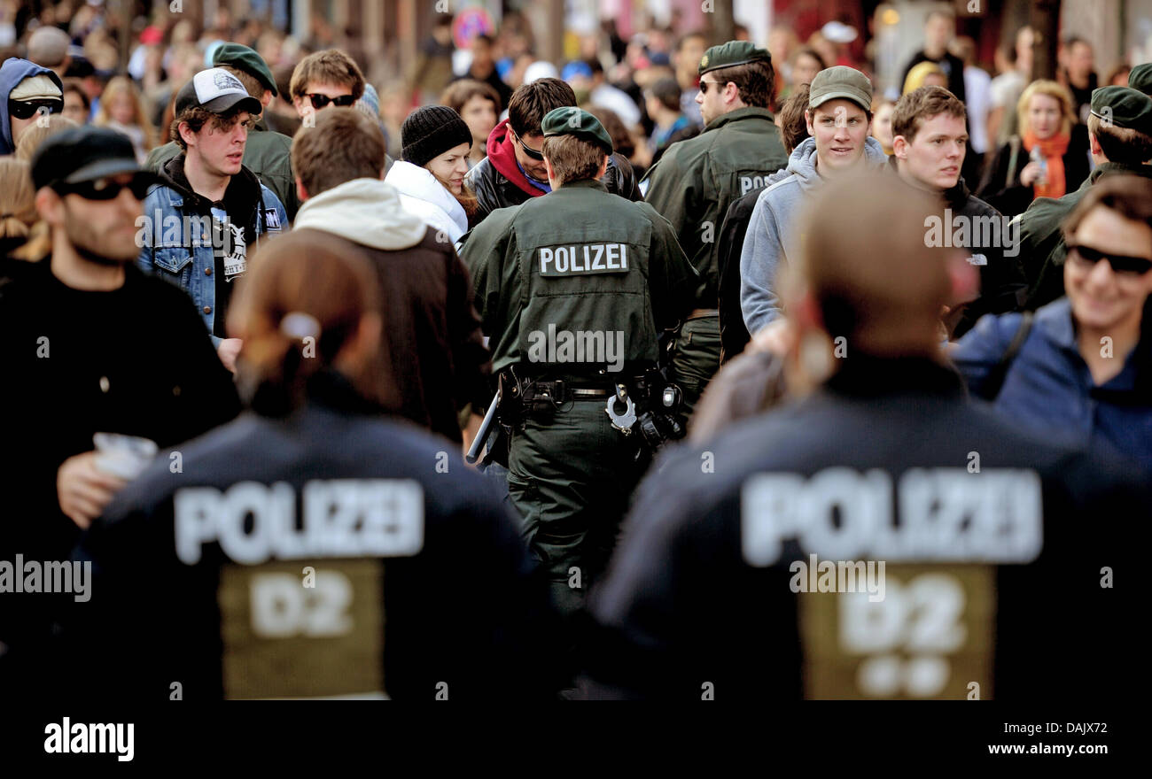 Police officers check demonstrators at the revolutionary Nay day demonstration in Berlin, Germany, 1 May 2011. Photo: - Stock Image