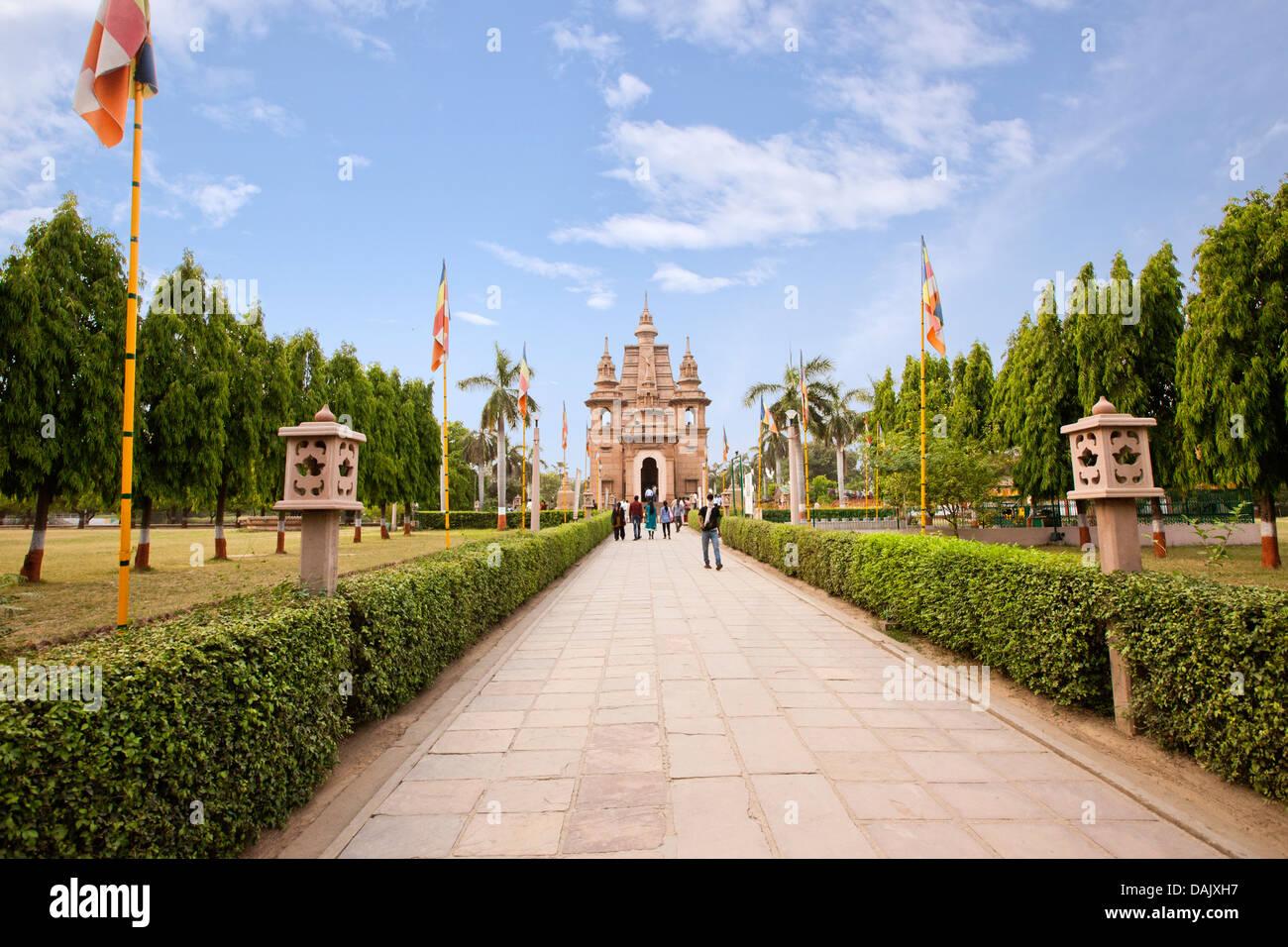 Garden path leading to a temple, Mulagandha Kuti Vihar Temple, Sarnath, Varanasi, Uttar Pradesh, India - Stock Image