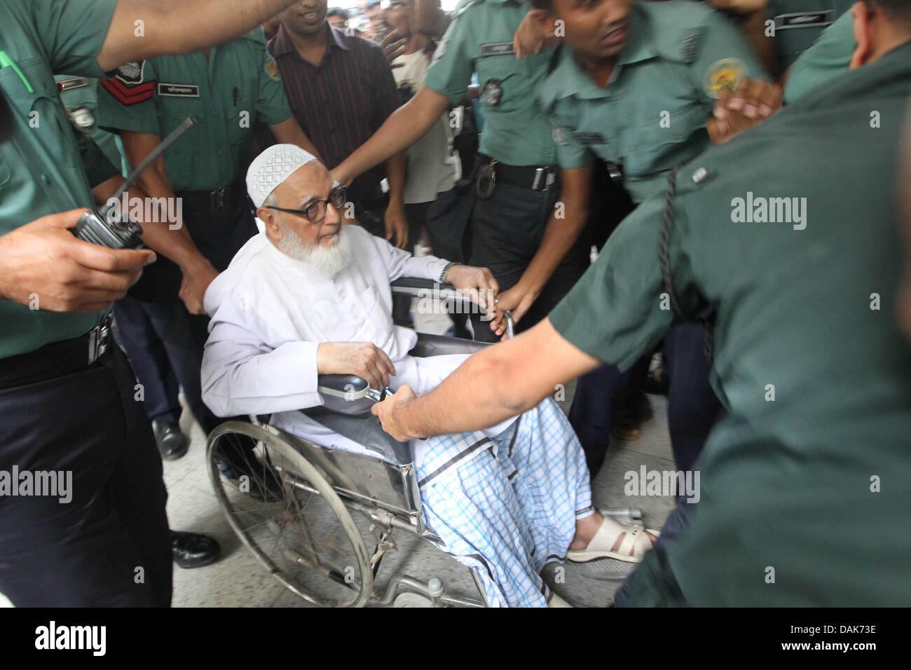 Dhaka, Bangladesh. 15th July, 2013. Bangladeshi police escort Ghulam Azam (C), 90, the wartime head of the country's - Stock Image