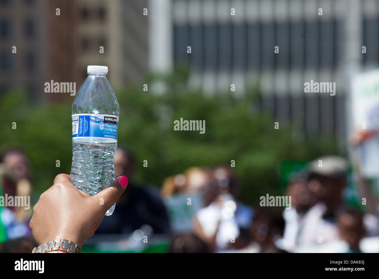 Detroit, Michigan - A woman holds a bottle of drinking water on a hot summer day. - Stock Image