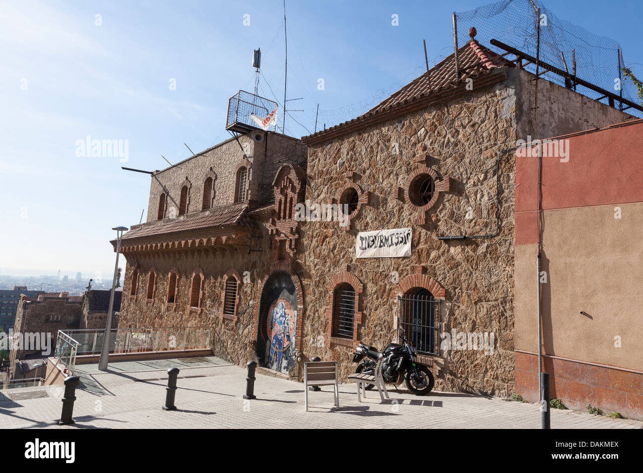Building with banner in protest of government near Park Güell - Gràcia, Barcelona, Catalonia, Spain - Stock Image