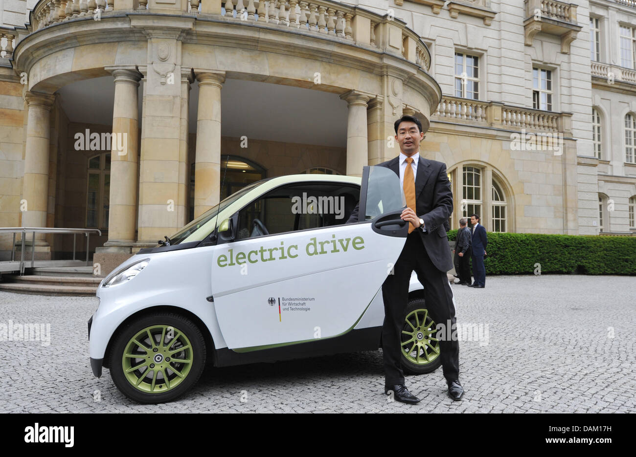 During the handover new economic minister Philipp Roesler leaves an electric car outside the Economic Ministry in - Stock Image