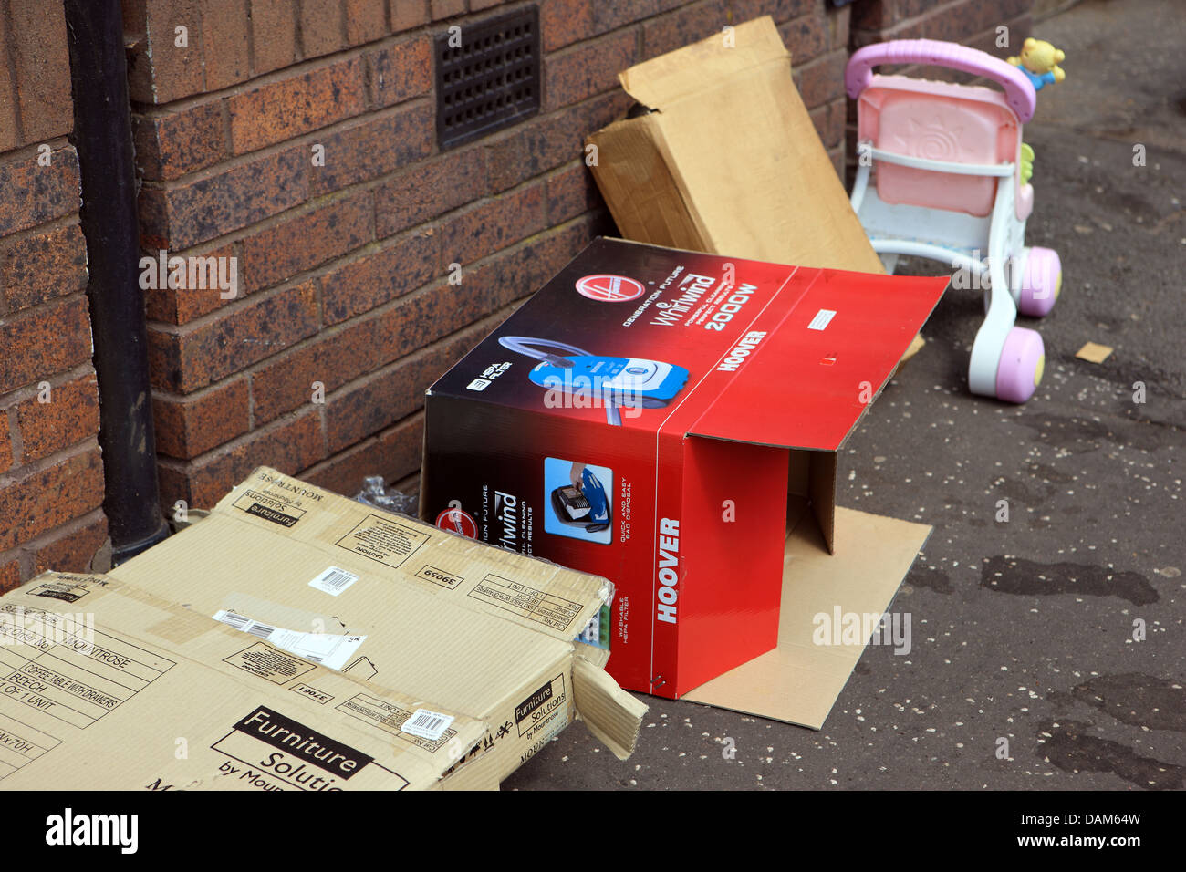 Rubbish on the pavement outside flats on the streets of Glasgow - Stock Image