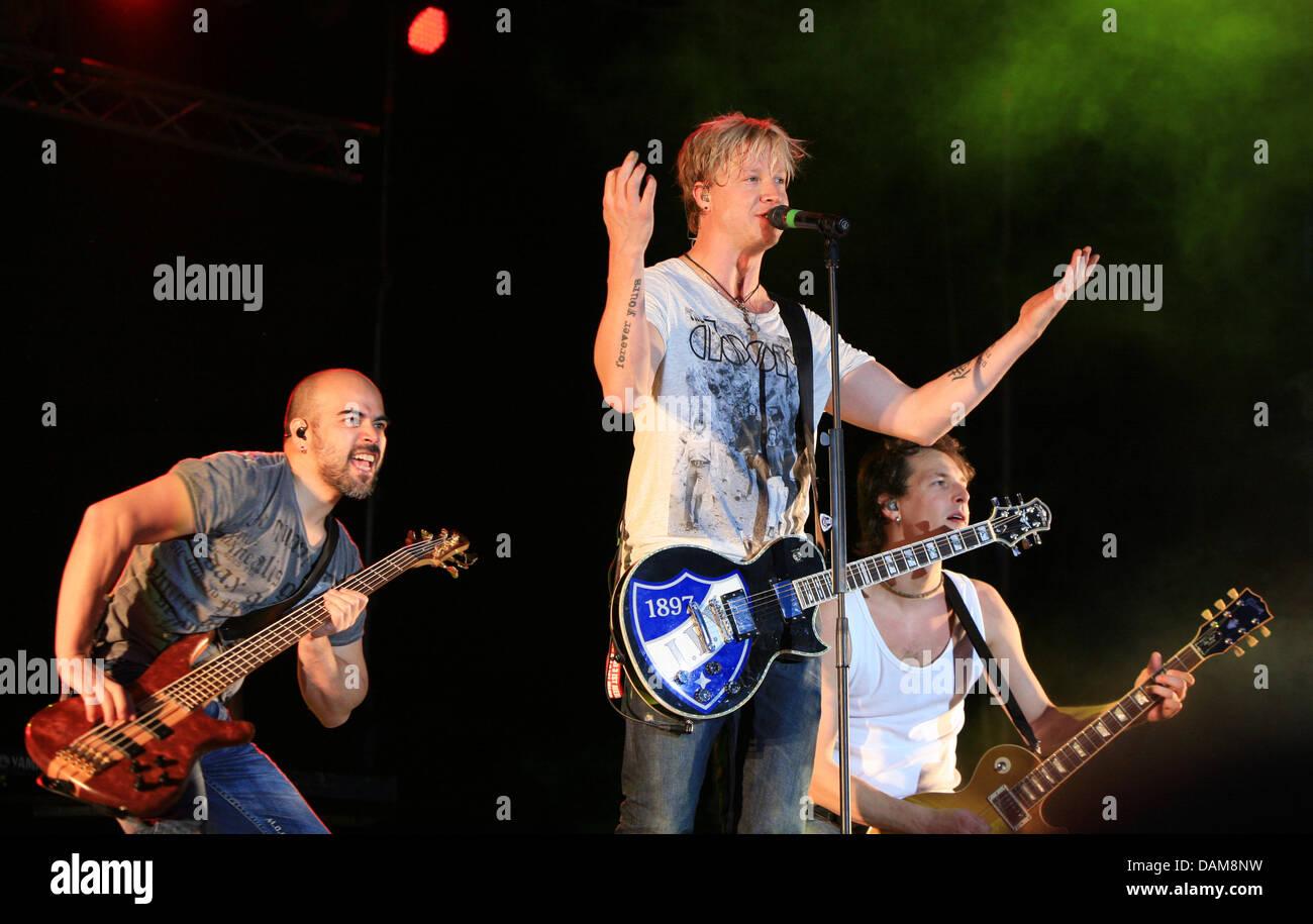 Sunrise Avenue' Raul Ruutu (L-R), Samu Haber and Riku Rajamaa fromFinland perform at the Schlossgraben - Stock Image