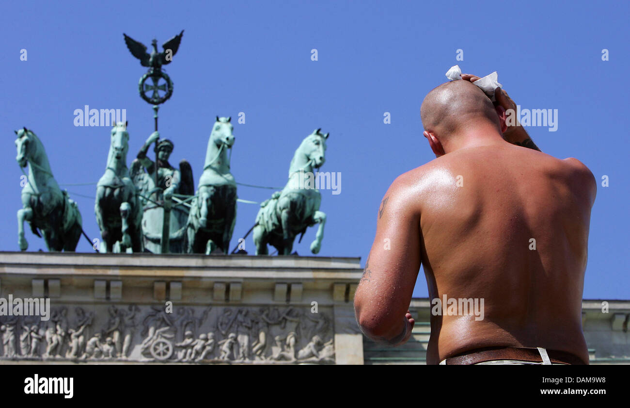 (dpa file) - A file picture dated 16 July 2007 of a construction worker wiping away the sweat in 35 degress Celsius - Stock Image