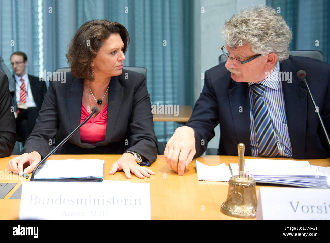 Prior to the special meeting consumer protection minister Ilse Aigner talks to chairman of the  Consumer Committee - Stock Image