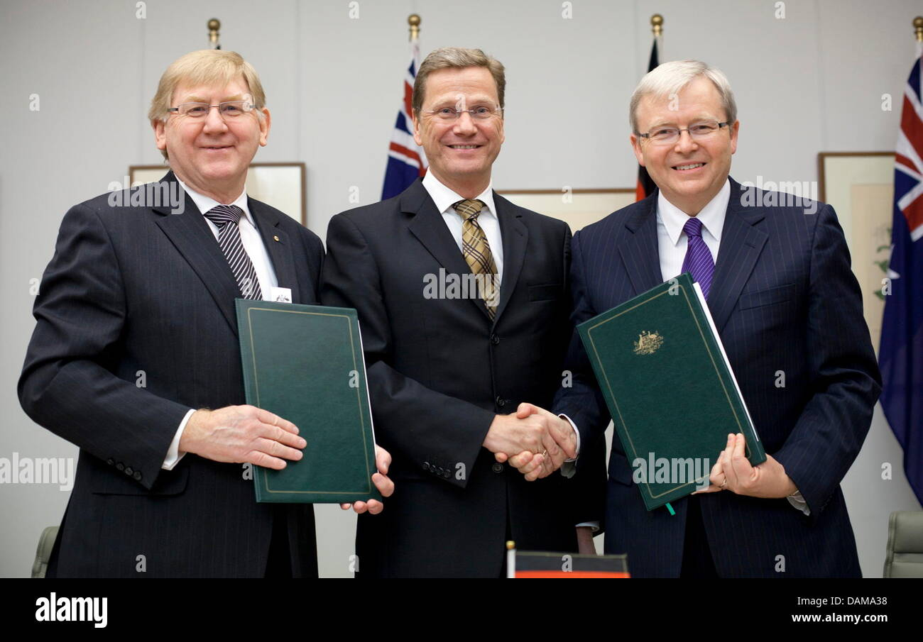 German Foreign Minister Guido Westerwelle (C) poses together with his counterpart, Australian Foreign Minister Kevin - Stock Image