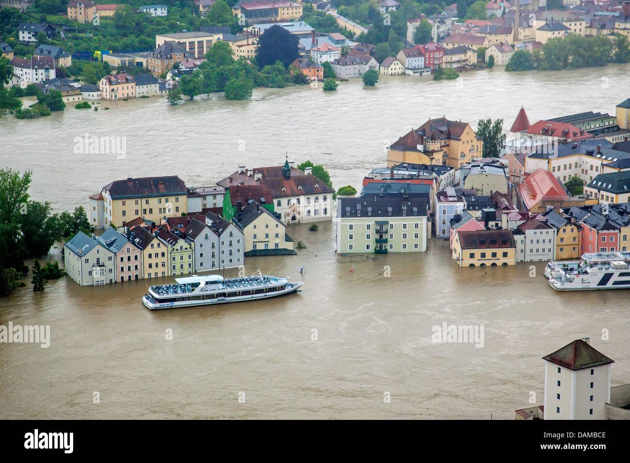 Donaukai with cruise ships in Passau flooded in June 2013, Germany, Bavaria, Passau - Stock Image