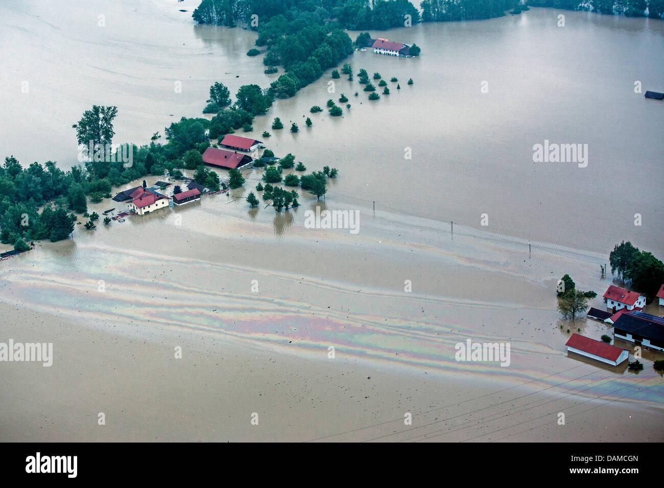 flooded farmhouses by river Inn with oil film during flood in June 2013, Germany, Bavaria, Schaerding - Stock Image