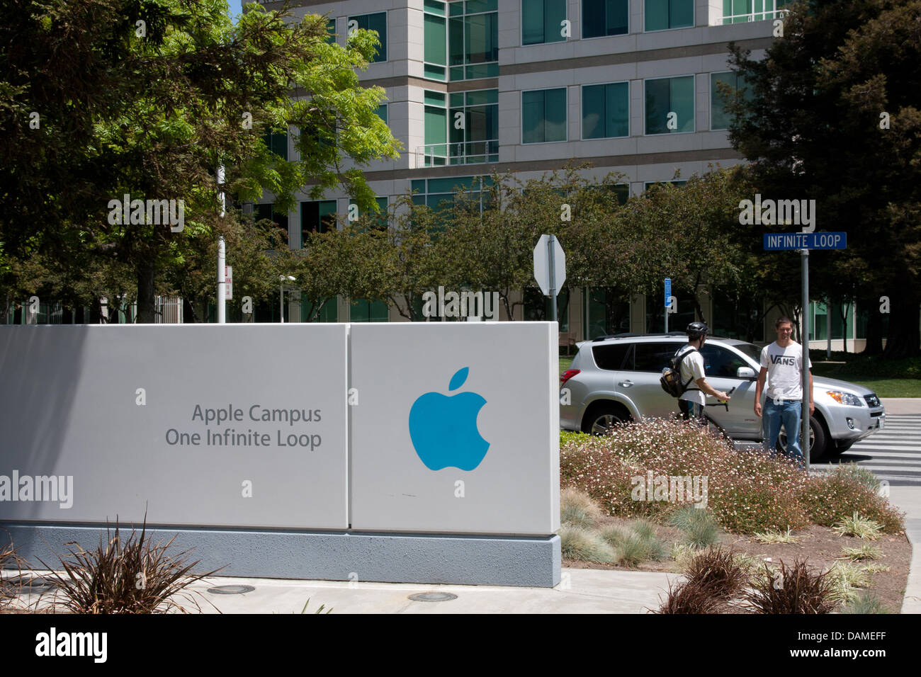 apple new head office. A Sign Features The Infinite Loop 1 Building At Head Quarters Of Apple In Cupertino, California, USA, 09 May 2011. CEO Apple, Steven Jobs, New Office