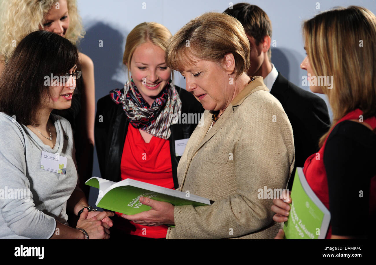 Chancellor Angela Merkel speaks to young participants of the project 'Dialogues Future Visions 2050'  during - Stock Image